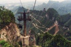 Carretera con curvas de la montaña de Tianmen imágenes de archivo libres de regalías