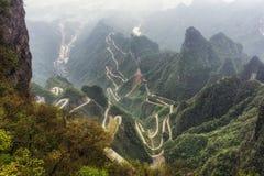 Carretera con curvas de la montaña de Tianmen imagenes de archivo