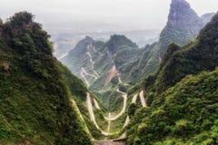Carretera con curvas de la montaña de Tianmen fotos de archivo libres de regalías