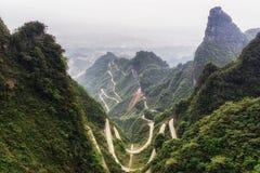 Carretera con curvas de la montaña de Tianmen imagen de archivo