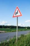 Carretera con curvas de la señal de tráfico Imagen de archivo libre de regalías