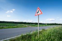 Carretera con curvas de la señal de tráfico Foto de archivo libre de regalías