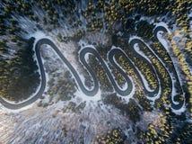 Carretera con curvas del paso de alta montaña, en invierno Visión aérea por el abejón foto de archivo libre de regalías