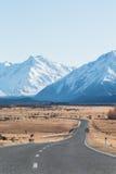 Carretera con curvas en alto país Imagen de archivo