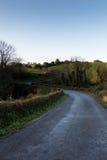 Carretera con curvas en campo irlandés Fotos de archivo libres de regalías