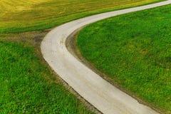 Carretera con curvas en el campo verde Fotos de archivo libres de regalías