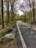 Carretera con curvas en el parque de estado de Harriman, Nueva York, los E.E.U.U. fotos de archivo libres de regalías