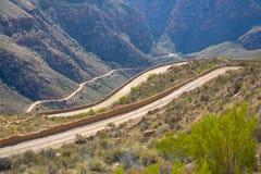 Carretera con curvas en el paso de Swartberg cerca de príncipe Albert, Karoo, Western Cape, Suráfrica Fotografía de archivo libre de regalías
