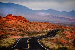 Carretera con curvas en el valle del fuego fotografía de archivo