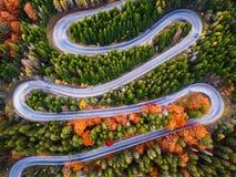 Carretera con curvas en la estación del otoño fotografía de archivo