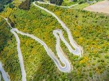 Carretera con curvas en la montaña, Queenstown, Nueva Zelanda Fotos de archivo libres de regalías