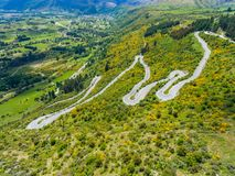 Carretera con curvas en la montaña, Queenstown, Nueva Zelanda Foto de archivo libre de regalías