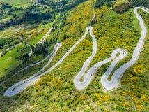 Carretera con curvas en la montaña, Queenstown, Nueva Zelanda Imagen de archivo libre de regalías