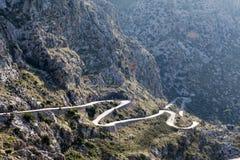 Carretera con curvas en la montaña Tramuntana cerca de Sa Calobra imagen de archivo libre de regalías