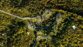 Carretera con curvas en la opinión superior de las montañas imagenes de archivo