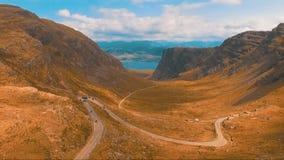 Carretera con curvas en las montañas almacen de metraje de vídeo