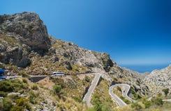 Carretera con curvas en montaña cerca de Sacalobra en Mallorca imagen de archivo libre de regalías