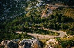 Carretera con curvas en montaña cerca del cabo Formentor, Mallorca, España fotos de archivo