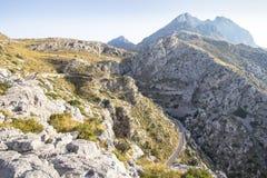 Carretera con curvas en montañas en Mallorca, España imagen de archivo