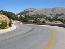 Carretera con curvas en montañas, marca amarilla fotografía de archivo
