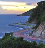 Carretera con curvas en puesta del sol fotografía de archivo