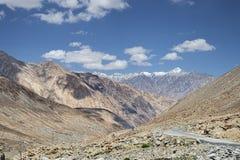 Carretera con curvas entre las montañas del desierto fotos de archivo