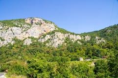 Carretera con curvas entre rocas de Serbia fotografía de archivo libre de regalías
