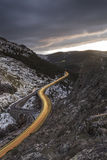 Carretera con curvas por la tarde fotos de archivo