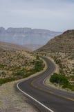 Carretera con curvas que lleva en ninguna parte Foto de archivo libre de regalías