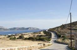 Carretera con curvas rural en la isla de Koufonissi Fotos de archivo