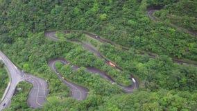 Carretera con curvas con tráfico del transporte entre el borrachín verde Forest Trees en parque nacional de la garganta de Taroko almacen de video