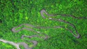 Carretera con curvas con tráfico del transporte entre el borrachín verde Forest Trees en parque nacional de la garganta de Taroko metrajes