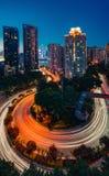 Carretera con curvas a través de la ciudad fotografía de archivo