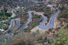Carretera con curvas a través de las colinas Imagenes de archivo