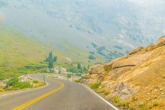Carretera con curvas a través de las montañas imagenes de archivo