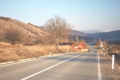 Carretera con curvas a través del pequeño pueblo fotos de archivo