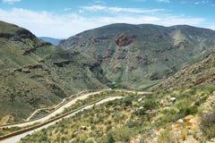 Carretera con curvas y garganta en el paso de Swartberg, imágenes de archivo libres de regalías