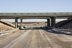 Carretera con el puente del paso superior. Imagenes de archivo