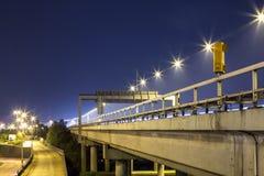 Carretera con el teléfono de emergencia en la noche Foto de archivo