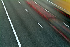 Carretera con la conducción de automóviles cerca Imagen de archivo