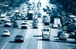 Carretera con las porciones de coches fotos de archivo