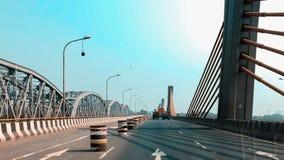 Carretera con los cables del puente y de la suspensión imagen de archivo