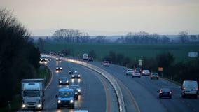 Carretera con los coches en la puesta del sol - transporte