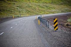 Carretera con paisaje de las montañas de Islandia Foto de archivo libre de regalías