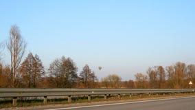 Carretera con varios carriles a lo largo de ella fuera de la ciudad almacen de video