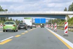 Carretera con zona de la construcción de carreteras Fotos de archivo libres de regalías