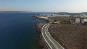 Carretera curvy vacía con los coches solitarios que pasan a lo largo de la orilla del Mar Egeo almacen de metraje de vídeo