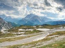 Carretera de asfalto al aparcamiento en el parque de naturaleza nacional Tre Cime Fotos de archivo