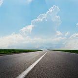 Carretera de asfalto al horizonte Foto de archivo libre de regalías