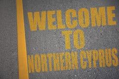 carretera de asfalto con la recepción del texto a Chipre septentrional cerca de la línea amarilla Foto de archivo libre de regalías